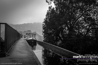 Narrowboat on Pontcysyllte...
